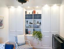 Platsbyggt skåp och bokhylla