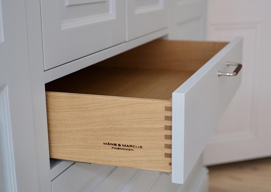 Handmålad garderob sekelskifte lådor i ek. garderob med stege. garderobsstege sekelskifte